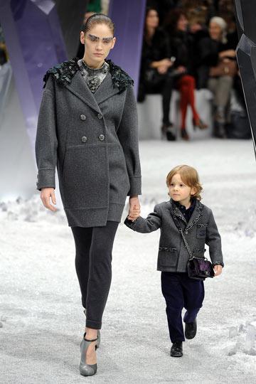 דוגמן בן שלוש בתצוגת האופנה של שאנל (צילום: GettyImages)