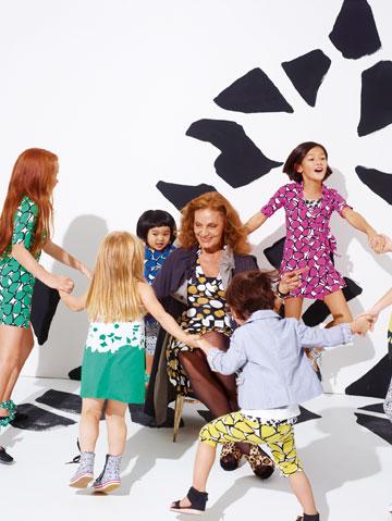 המעצבת דיאן פון פירסטנברג עם ילדים דוגמנים בקמפיין הקולקציה שלה לגאפ קידס