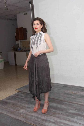 בצילומים לרינה צין. ''לא הייתי עושה את הקמפיין אם לא הייתי מתחברת לבגדים'' (צילום: ענת מוסברג )