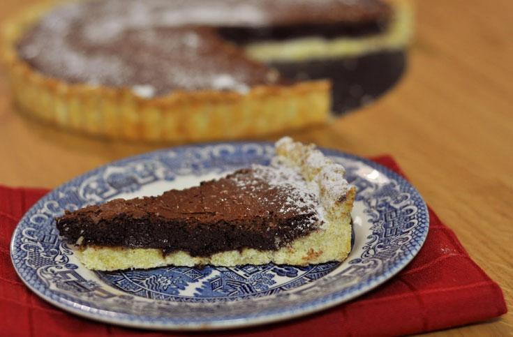 את השקדים שבמלית אפשר להחליף באגוזים טחונים, קוקוס ואפילו פרג. פאי השוקולד (צילום: טל אברזל)