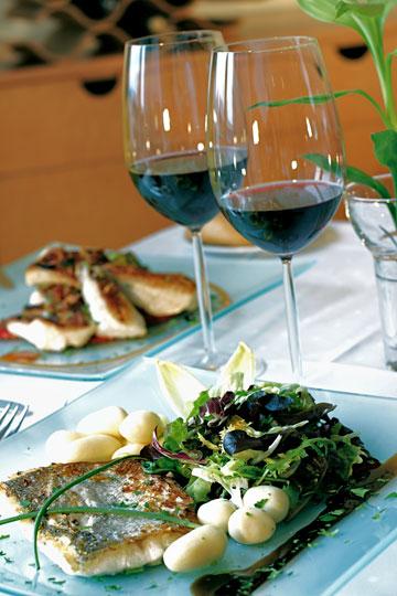 תתפלאו: יין אדום יכול ללכת עם דגים, ולבן עם בשר (צילום: thinkstock)