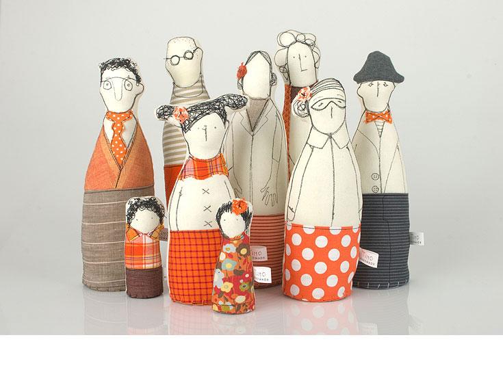 """המעצבת תימור כהן יוצרת בובות אנושיות ומרתקות, בשילוב הדפסה, איור ורקמה. לעיצוב בובות הגיעה מרקע של אמנות וציור, ומאהבה לפריטי וינטג' כמו כפתורים ישנים ופיסות בד יפהפיות. כל בובה יחידה במינה, מקסימה ולא-כל-כך-מושלמת (בדיוק כמונו!). אפשר """"להזמין משפחה"""" לפי המבנה המשפחתי המתאים לכם, ואפשר גם לקנות רק אח קטן. 140 שקלים לבובה, בחנות המעצבת בבוטיק מרמלדה (צילום: הגר ציגלר)"""