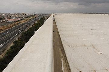 מבט מהגג על כביש החוף (צילום: עדו ארז)