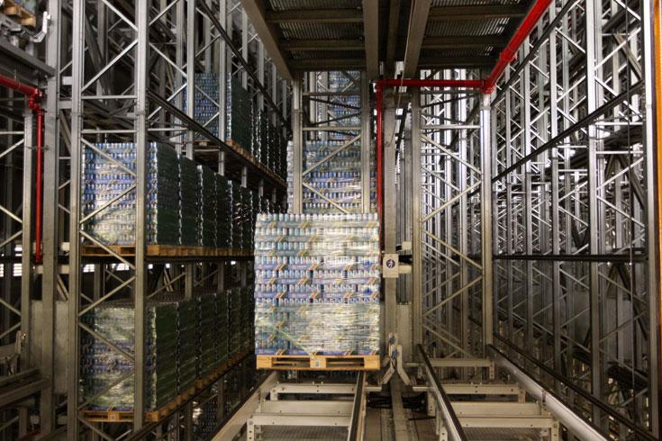 מבט מבפנים. הטמפרטורה היציבה של המשקאות דורשת אפלולית מירבית. המחיר האסתטי לציבור: קופסה ללא חלונות (צילום: עדו ארז)