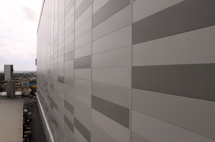 מבט מקרוב במעטפת הבניין, שהקמתו עלתה כ-100 מיליון שקלים (צילום: עדו ארז)
