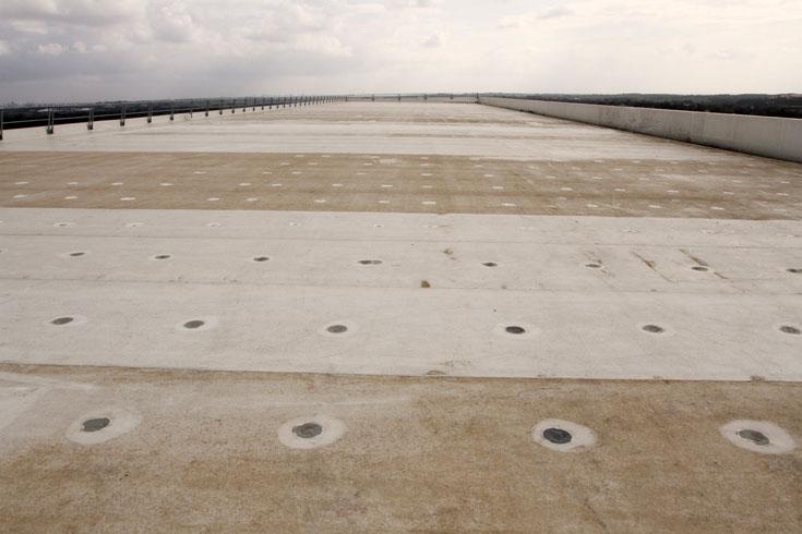 משטח הגג, שאליו מחוברות מערכות המידוף של משטחי המשקאות שנמצאות בתוך המבנה (צילום: עדו ארז)