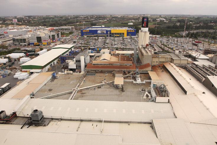 מבט מהגג על הצד השני של המבנה, הפונה לאזור התעשייה נתניה. המבשלה הענקית תאפשר לעוברים ולשבים לצפות בה, באמצעות קיר מסך ענקי (צילום: עדו ארז)