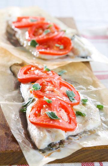 אפשר לחסוך אם משתמשים בדגים קפואים. דג עם עגבניות ואורגנו (צילום: דני לרנר, סגנון: נעמה רן)