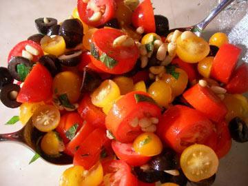 פשוט באופן מביך. סלט עגבניות שרי בשני צבעים (צילום: מירב אליהו)