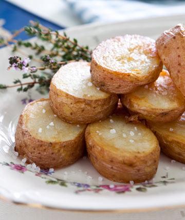 פריכים במיוחד. תפוחי אדמה בתנור (צילום: שירן כרמל, סגנון: שניר שרוני)