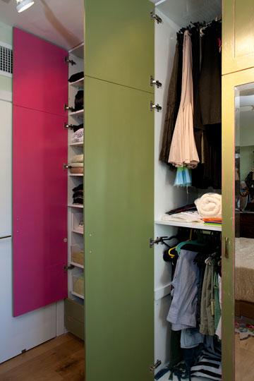 בכל פעם שפותחים הארון, מתגלה סוד צבעוני (צילום: בנימין אדם)