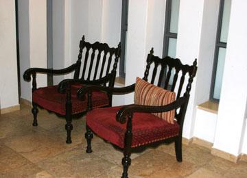 לפני. כורסאות בצבע אחיד (צילום: הגר יואלי )