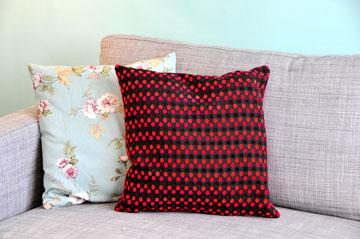כתם של צבע. כריות צבעוניות על ספה חלקה בגוון שקט  (צילום: מיכל יניב)
