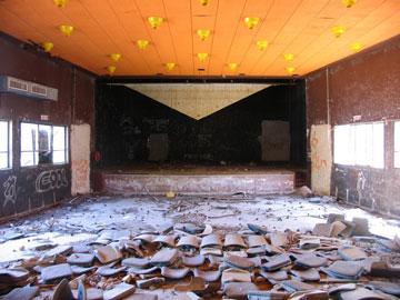 הקולנוע הנטוש במושב עשרת (צילום: שרון רז)