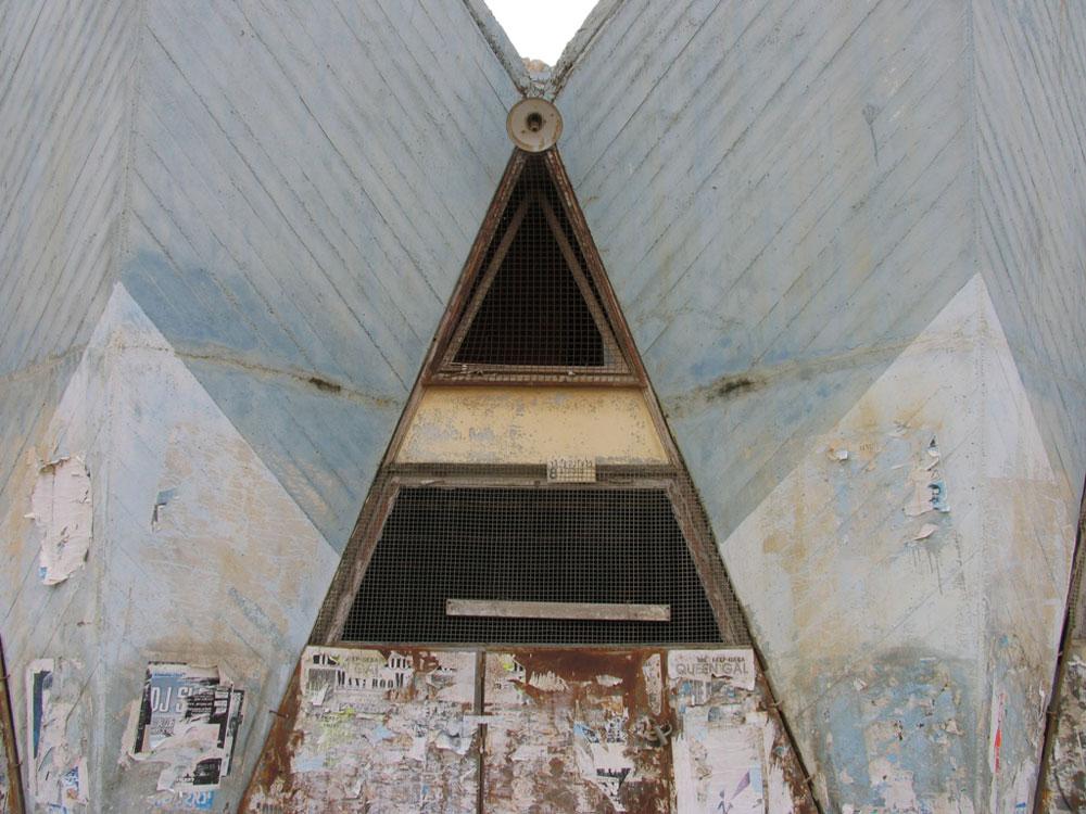 פרט מקולנוע ''אורות'' בשכונה ג' בבאר שבע. בתי הקולנוע היו מבנים דומיננטיים ברחובות הראשיים ובכיכרות המרכזיות, ובדרך כלל התאפיינו בחזית מרשימה (צילום: שרון רז)
