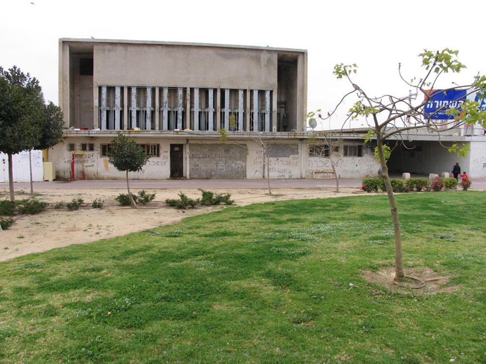 קולנוע ''אורן'' בשכונה ד' בבאר שבע עדיין עומד על תילו, ומן הסתם יהפוך גם הוא לפרויקט נדל''ן (צילום: שרון רז)