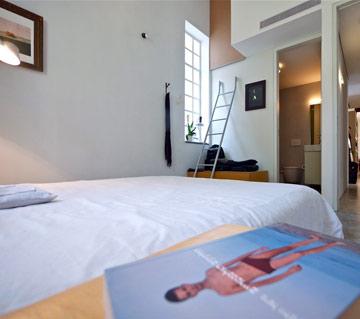 חדר ההורים. מול המיטה - חדר רחצה צמוד ובוידם (צילום: איתי סיקולסקי)