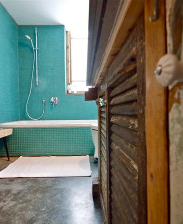 פסיפס זכוכית בטורקיז-עז, רצפת בטון מוחלק ותריסי עץ ישנים (צילום: איתי סיקולסקי)