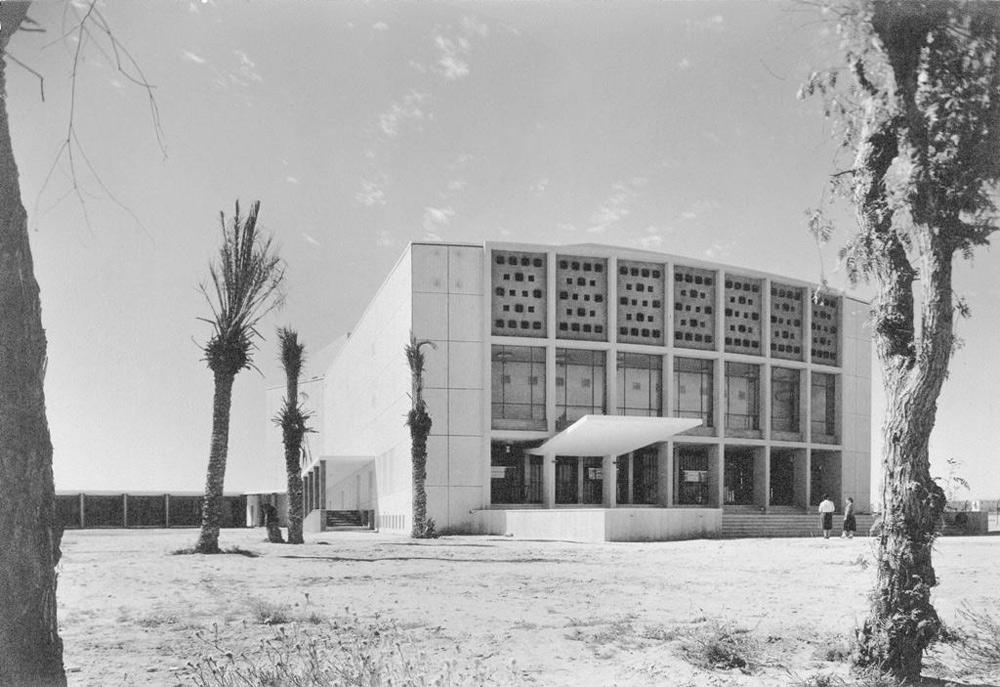 קולנוע ''קרן'', הגדול ביותר בנגב כולו, ששימש גם להצגות ולכינוסים רבים. העירייה הסכימה לחסל את יצירת המופת הזו לטובת בניין מגורים עם קומה מסחרית (צילום: יצחק קלטר)