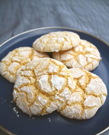 הנועזים יכולים להוסיף כורכום. עוגיות לימון מושלגות (צילום: בישול בזול)