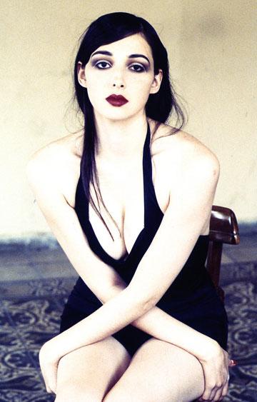 הדוגמנית יעל רייך בצילום מוקדם מ-1991 (צילום: מירי דוידוביץ מתוך תערוכת היחיד ''זרמים תת קרקעיים'')