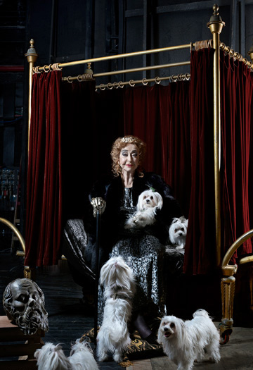 ליא קניג בתערוכה Royal Portraits 5. שואו-אוף שלרוב נפקד מצילומי דיוקנאות של צלמים מקומיים  (צילום: שני סקרלט קגן)