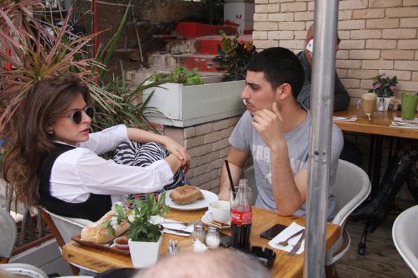 יושבים יחד בבית קפה (צילום: פול סגל )