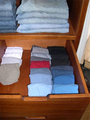 ארון הבגדים. לקפל לפי צבעים