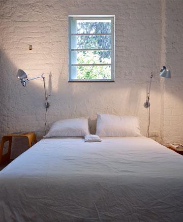 המרחב משפיע על בחירת הרהיטים. דירה בתכנון רפי אלבז (צילום: איתי סיקולסקי)