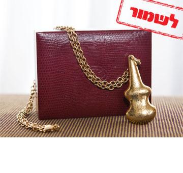 """שרשרת זהב של המעצב Ilias Lalaounis. """"זו שרשרת שקיבלתי במתנה. היא הקמע שלי ואני יודעת שאם היא עליי, ההופעה תצליח בוודאות'' (צילום: ענבל מרמרי)"""
