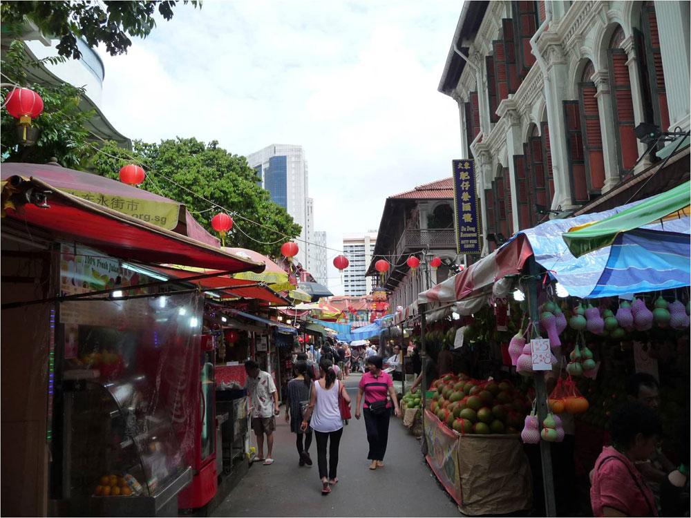סינגפור מנסה להפוך את סביבות המגורים, המבוססות על שיכונים ציבוריים, לפחות מונוטוניות באמצעות תוספת תשתיות ירוקות, תעלות מים והצללה לאורך הרחובות (צילום: Brent Ryan)