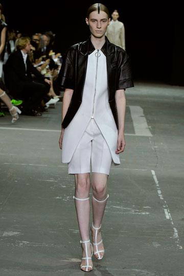חוזרים בגדול. מכנסי הברמודה בתצוגה של אלכסנדר וונג (צילום: gettyimages)