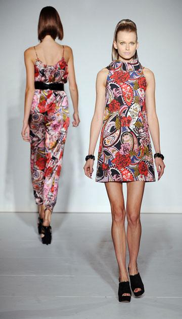 שמלות מיני והדפסים גרפיים נועזים. טרנד שנות ה-60 בתצוגה של PPQ (צילום: gettyimages)