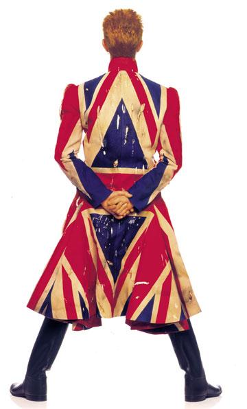 וזה המעיל מהעטיפה, בעיצובו של אלכסנדר מקווין, שיוצג בקרוב בתערוכה במוזיאון V&A בלונדון (צילום: Frank W Ockenfels)