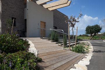 הכניסה לבית - קורות עץ ואבני ג'מעין (צילום: אביעד בר נס)