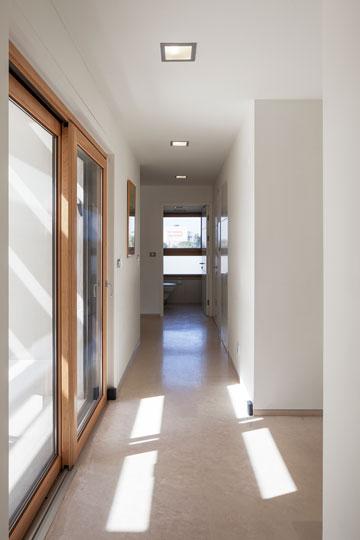 מסדרון מחבר בין שני חלקי הבית (צילום: אביעד בר נס)