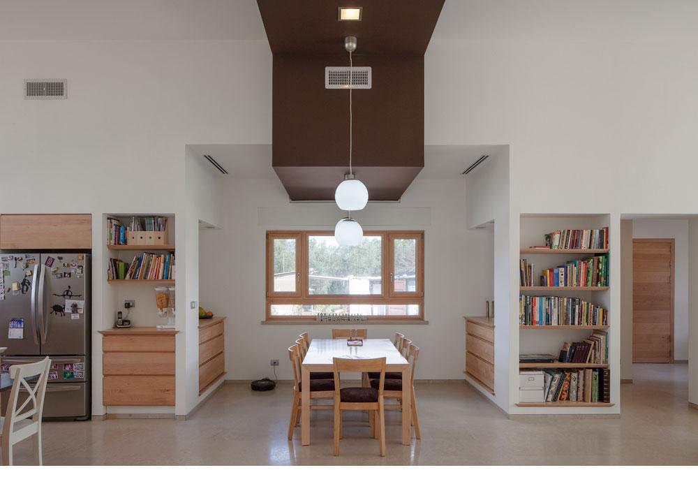 פינת האוכל מפרידה בין הסלון למטבח (ראו תוכנית למטה) בחלל הפתוח, ששטחו 76 מ''ר (צילום: אביעד בר נס)