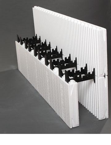 את קירות הבטון יוצקים לתוך תבניות מבודדות של קלקר (צילום: מיה כרמי-דרור)