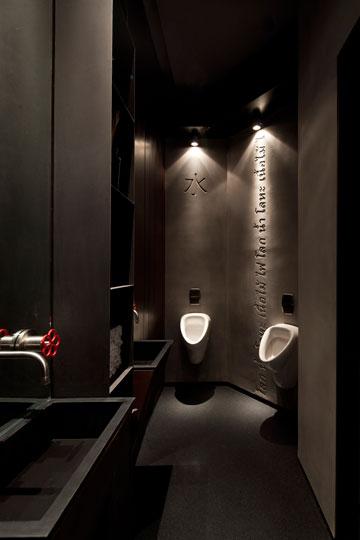 מראה תעשייתי בשירותים (צילום: עמית גרון)