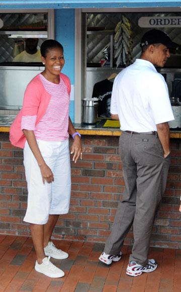 לא מתאמצת להיראות ייצוגית. מישל אובמה במכנסיים קצרים (צילום: gettyimages)
