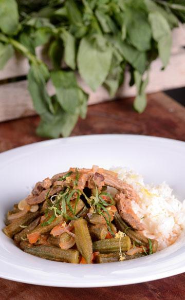 תבשיל בשר בקר עם במיה, עגבניות, נענע ולימון (צילום: יפית בשבקין)