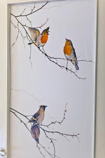 האווירה הנעימה במסדרון הושגה באמצעות טפט הדפס הציפורים בשילוב צבעים רכים (צילום: אבישי פינקלשטיין)