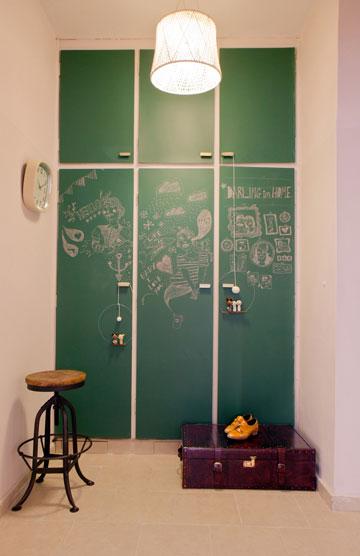 הארון שבמסדרון נצבע בצבע לוח, כדי שאפשר יהיה לצייר עליו בגירים (צילום: אבישי פינקלשטיין)
