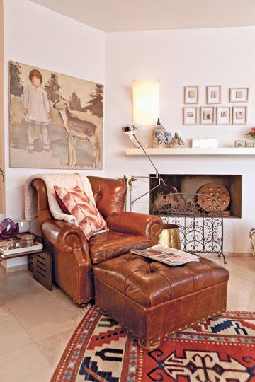 מעל לאח ומשמאל: עבודות של הצייר גידי רובין. הבית עשיר לא רק באקססוריז, אלא גם באמנות (צילום: אבישי פינקלשטיין)