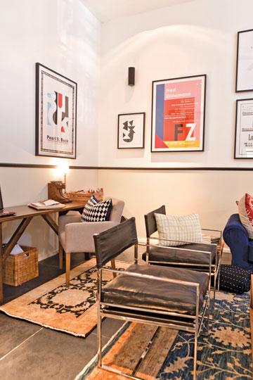 כיסאות עור וניקל נותנים מגע גברי לסלון. מאחוריהם - פינת העבודה, שנמצאת גם היא באותו חלל (צילום: אבישי פינקלשטיין)