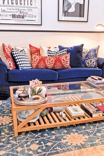 ספת האמפטון קלאסית (ספה רחבה ועמוקה, שלה כריות קטנות רבות במקום זוג כריות גב גדולות) רופדה בבד קטיפה, כחול כהה (צילום: אבישי פינקלשטיין)
