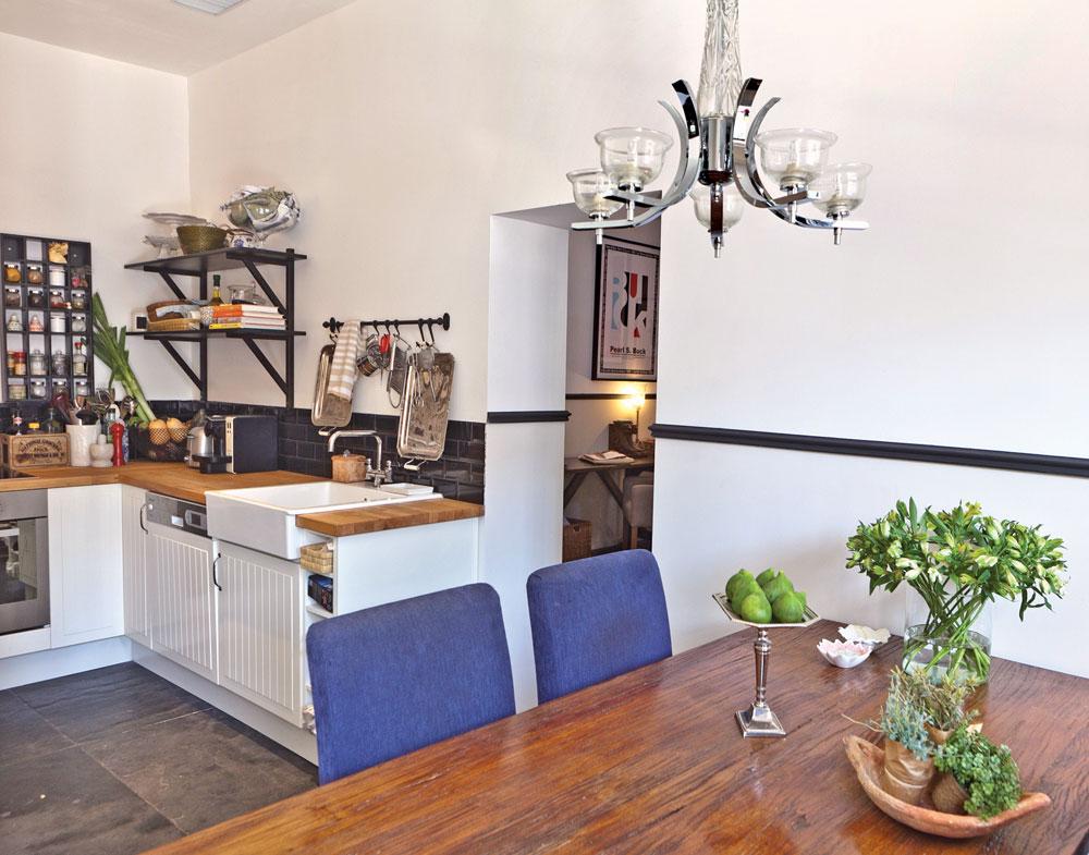 בפינת האוכל שודך שולחן נזירים מעץ מלא לכיסאות שרופדו בבד שנקנה באיקאה. ברקע: המטבח הקטן אך הפרקטי, גם הוא מאיקאה (צילום: אבישי פינקלשטיין)