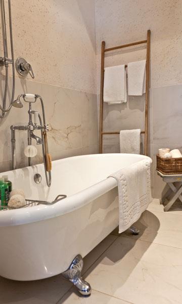אמבטיית פרי-סטנדינג מפנקת היא הרהיט שסביבו תוכנן כל חלל הרחצה (צילום: אבישי פינקלשטיין)