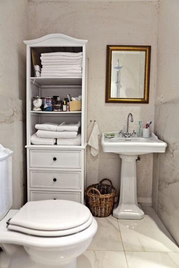 חדר הרחצה: גוני לבן, עם ריצוף וחיפוי של אריחי גרניט פורצלן דמויי שיש קררה (צילום: אבישי פינקלשטיין)