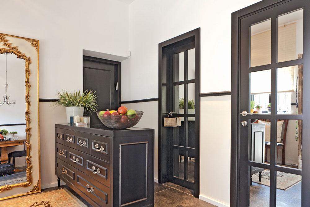 הדלתות לחדר הרחצה ולחדר הכביסה עוצבו בהשראת French Door, עם ויטרינה של ריבועי מראות (צילום: אבישי פינקלשטיין)